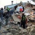 ĐTC cùng tín hữu lần hạt Mân Côi cầu cho các nạn nhân động đất Italia