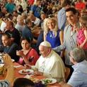 ĐGH Phanxicô bất ngờ đến bữa cơm tối dành cho người nghèo và vô gia cư