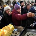 Một đầu bếp dùng tiền trúng số để giúp người nghèo
